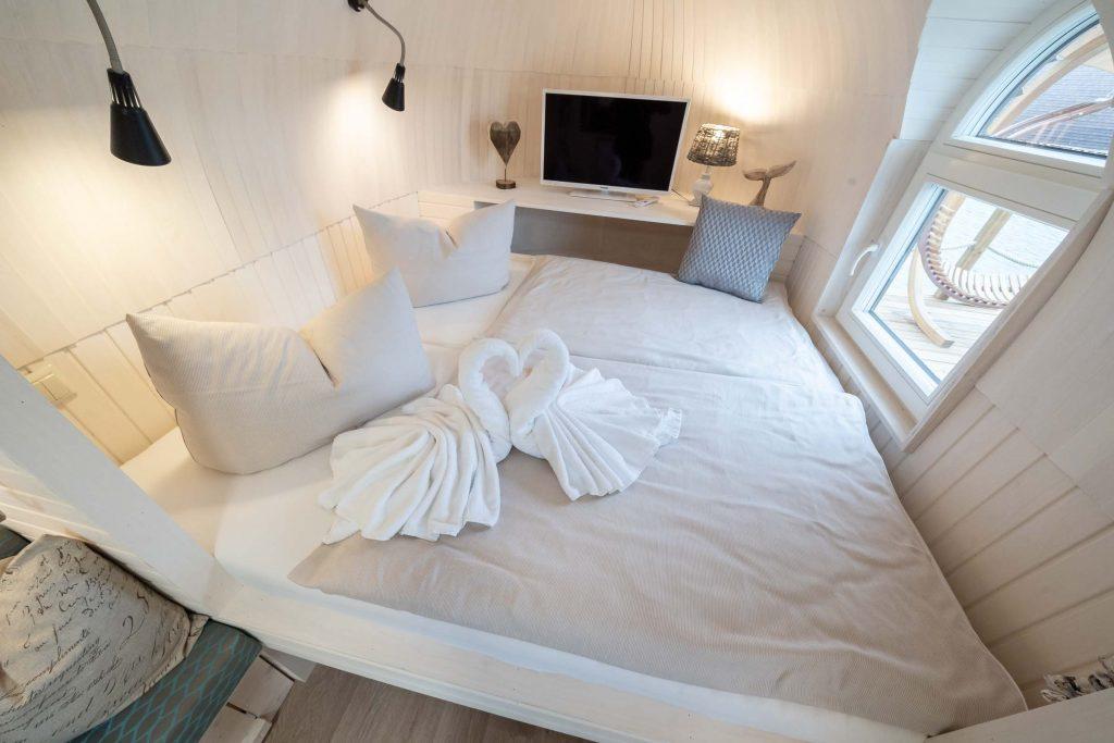 Erlebnisdorf Elbe Parey Schlafzimmer mit Schwänen und TV