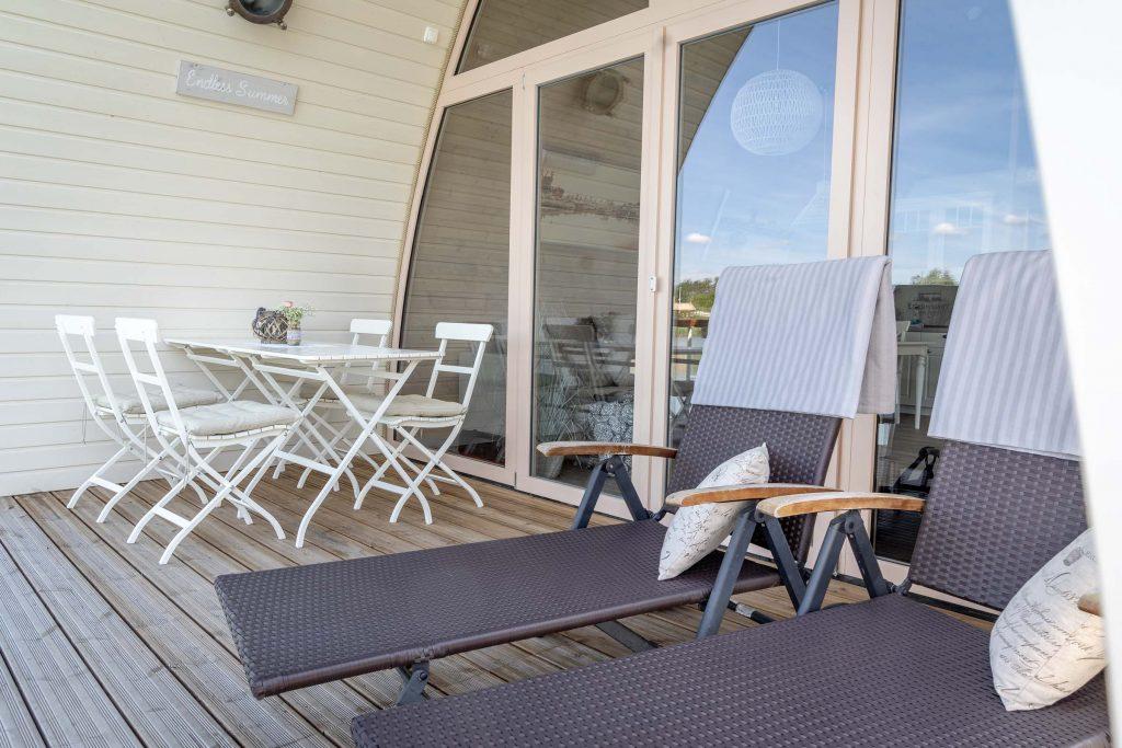 Erlebnisdorf Elbe Parey Schwimmendes Seehotel mit Liegestühlen