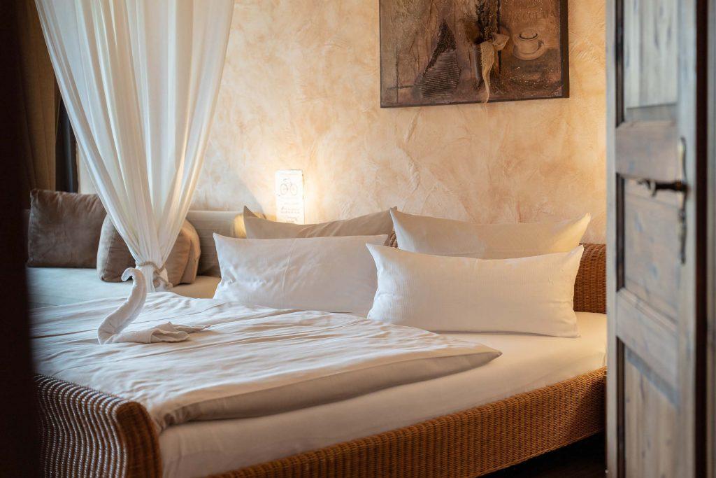 Erlebnisdorf Elbe Parey Strandhaus Bett mit Schwan